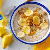 Porridge alla banana con miele, noci e cannella