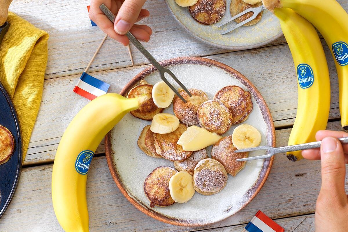 Poffertjes (mini pancake) all'uovo olandesi con banana Chiquita e farina di grano saraceno