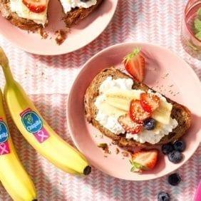 Toast di pane ai cereali con banana Chiquita e formaggio fresco senza grassi