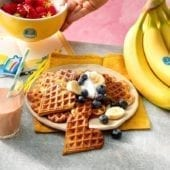 Waffle alla banana Chiquita con mirtilli e panna montata