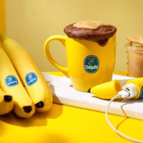 Torta in tazza al cioccolato, banana Chiquita e burro di arachidi