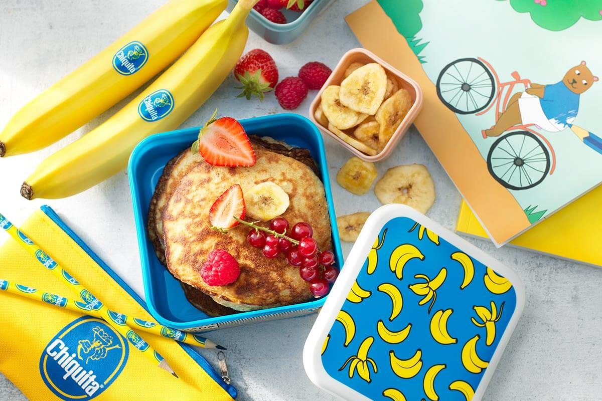 Pancake facili con banana Chiquita, frutti rossi misti e chips di banana