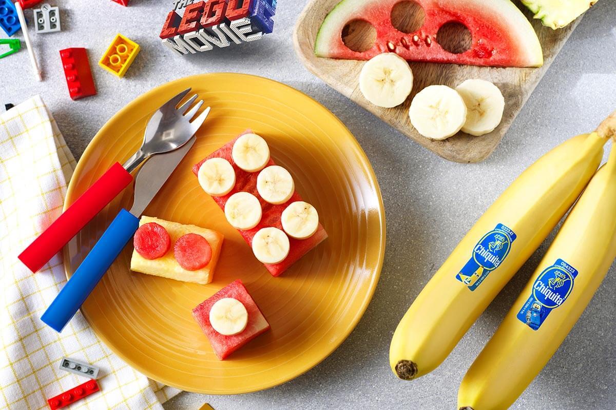 Mattoncini alla frutta di Emmet di Bricksburg con banana Chiquita