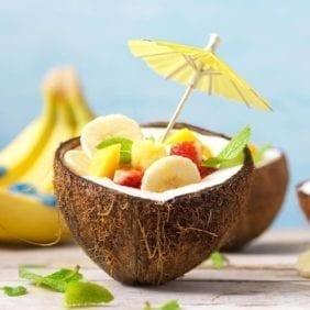 Macedonia di frutta servita in gusci di cocco
