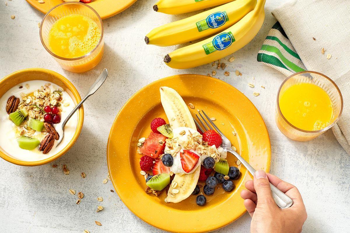 Salutare macedonia di frutta con banana Chiquita biologica e yogurt alla banana e muesli