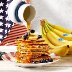 Pancake fatti in casa con banane Chiquita e mirtilli