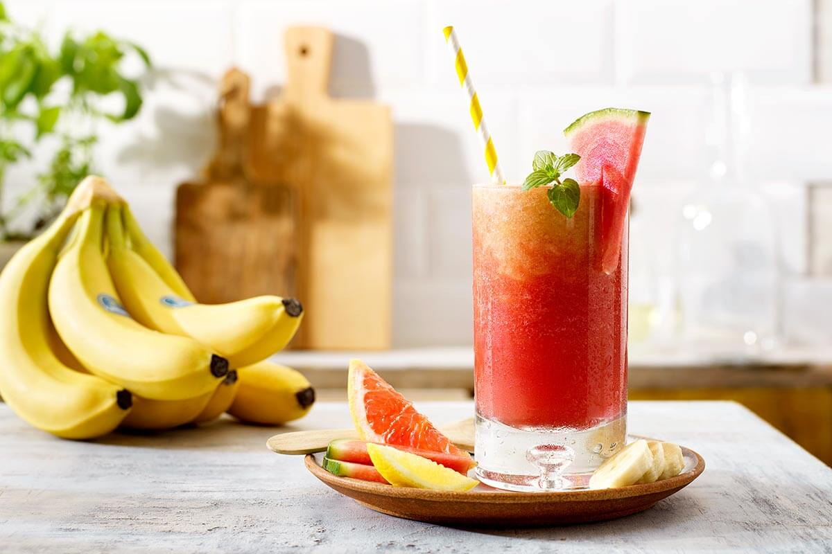 Cocktail analcolico Pink Sunrise con banane Chiquita e anguria