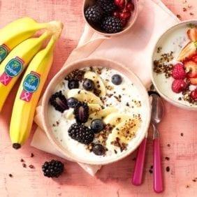 Colazione in ciotola con quinoa, banana Chiquita e yogurt greco magro