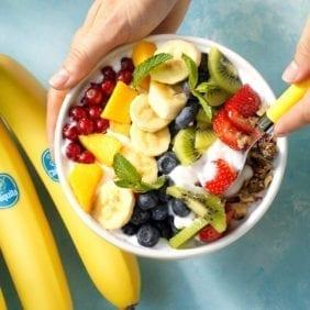Ciotola vegana arcobaleno con banane Chiquita e frutta fresca