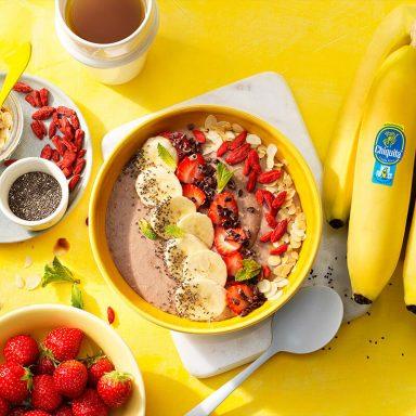 Ciotola ricca di proteine vegane con fragole e banane Chiquita frullate