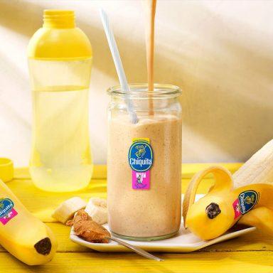 Frullato con burro di arachidi e banana Chiquita, ideale per il riscaldamento