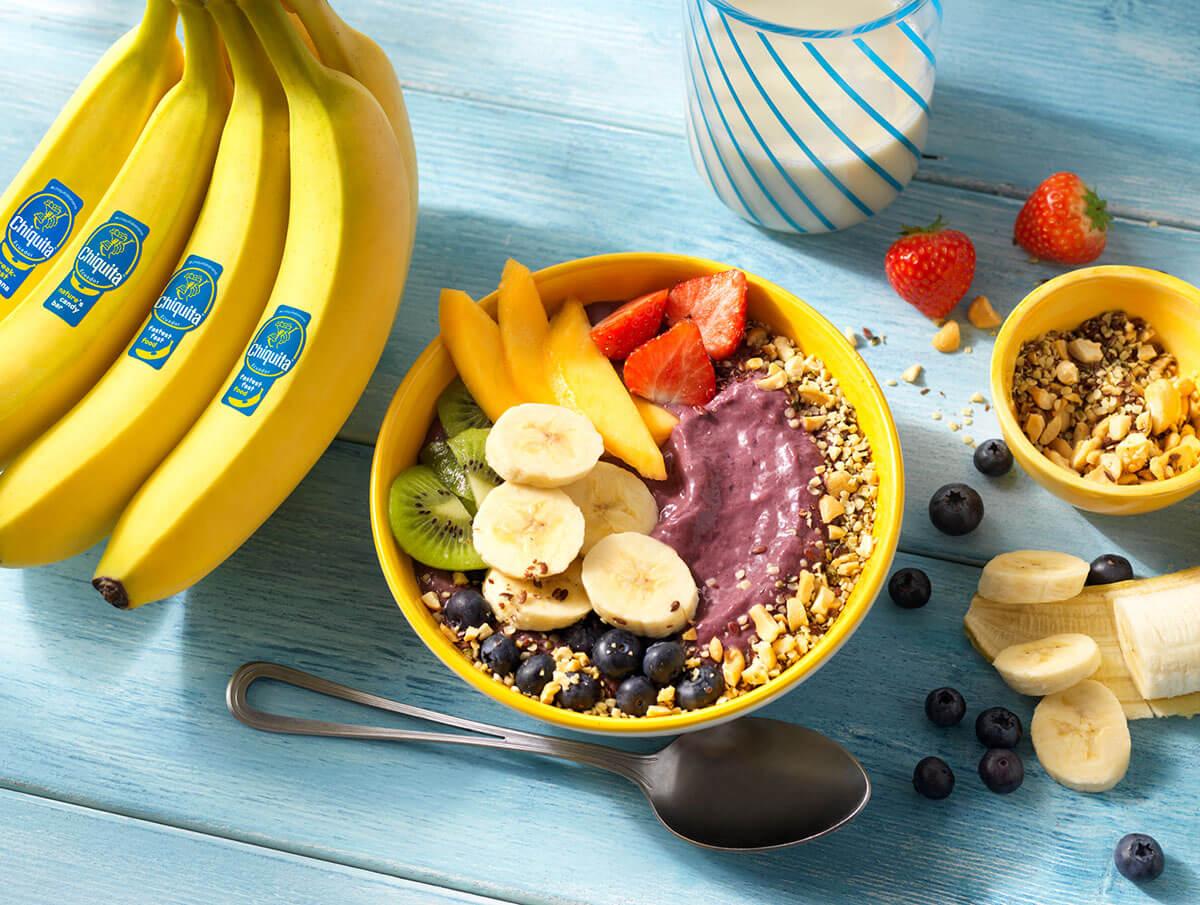 Frullato in ciotola con yogurt, bacche di açaí e banane Chiquita