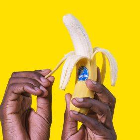 Come si sbuccia la banana? 7 modi divertenti per farlo