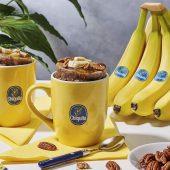 Torta in tazza con banana Chiquita, noci pecan e sciroppo d'acero