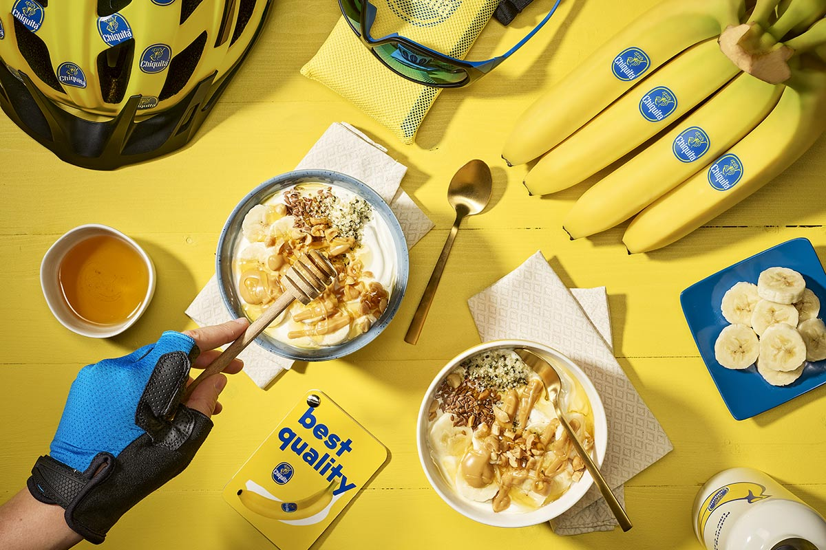 Spuntino post-allenamento a base di yogurt greco, banane e burro di arachidi di Chiquita
