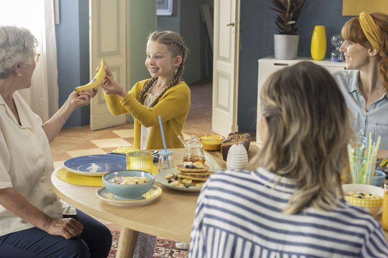 Linda condivide la banana Chiquita con la sua famiglia