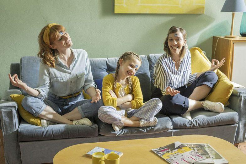 Linda gioca con la sua famiglia con gli adesivi Chiquita